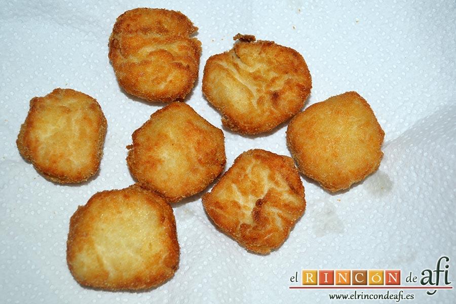 Nuggets de pollo, los escurrimos de aceite poniéndolos sobre papel de cocina