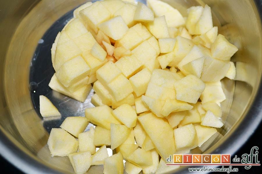 Saquitos de pera y manzana, pelamos las manzanas y las cortamos en cubitos de medio centímetro metiéndolos en un cazo