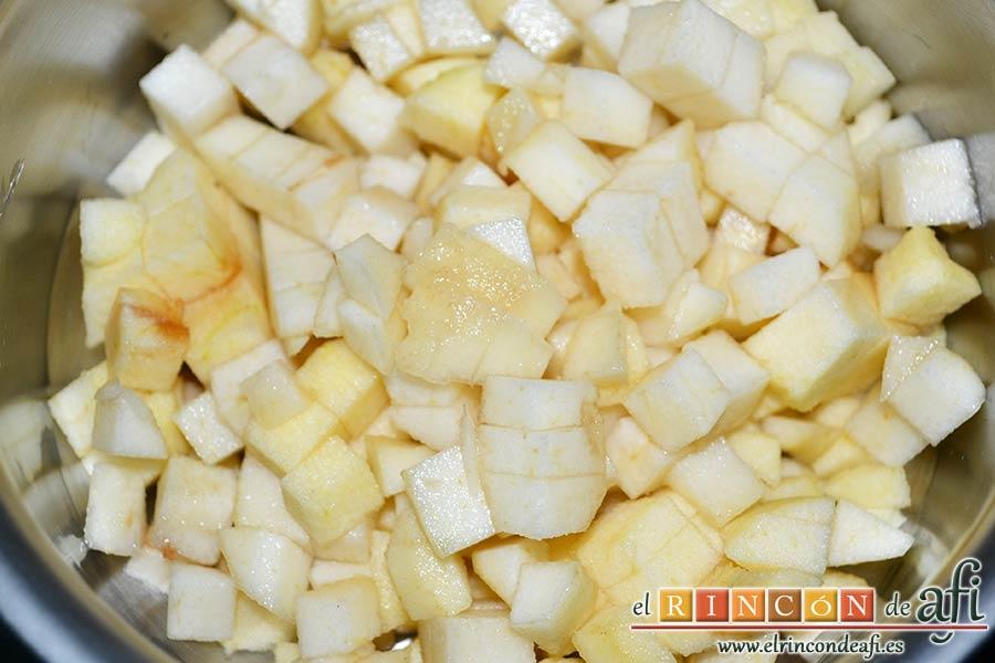 Saquitos de pera y manzana, hacemos lo mismo con la pera metiéndolos también en el cazo