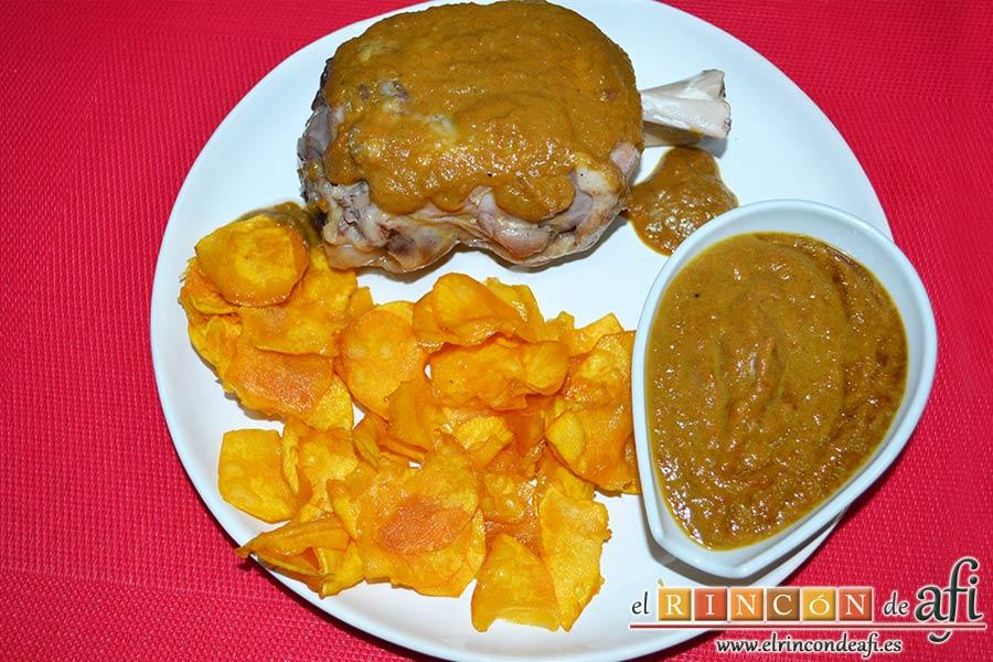 Codillo con salsa de cerveza y batata frita en láminas