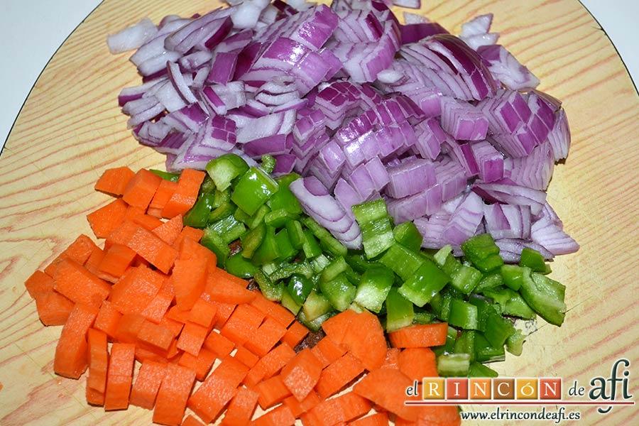 Codillo con salsa de cerveza y batata frita en láminas, picar la cebolla, la zanahoria y el pimiento verde en trocitos