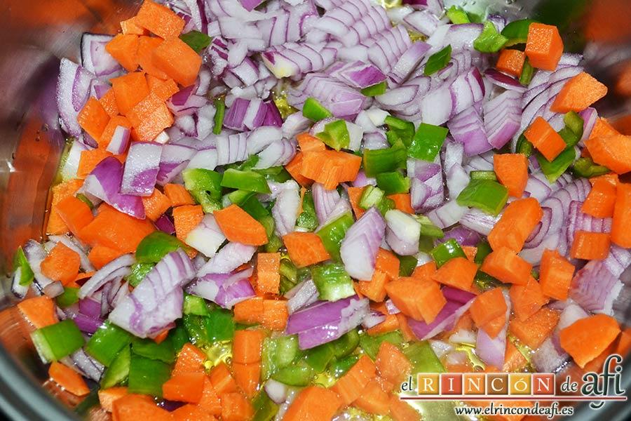 Codillo con salsa de cerveza y batata frita en láminas, ponerlas en una cacerola con un chorrito de aceite de oliva y sal