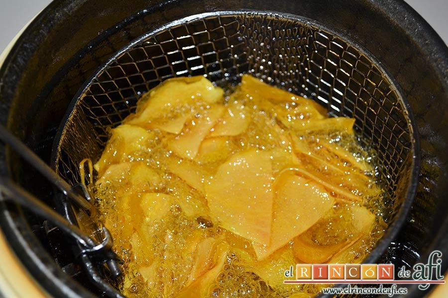 Codillo con salsa de cerveza y batata frita en láminas, freírlas en aceite bien caliente