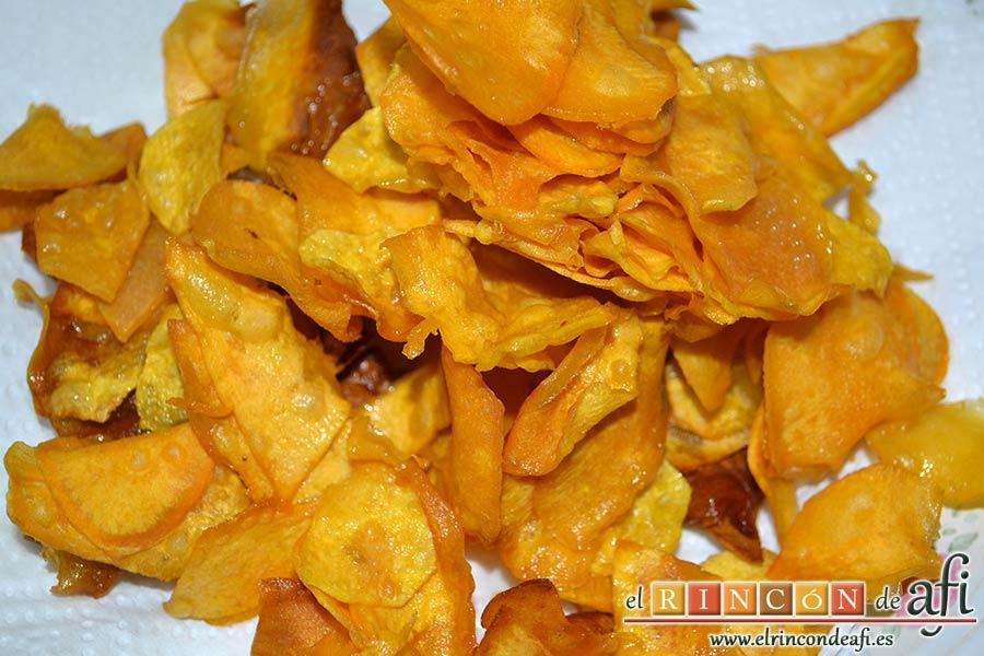 Codillo con salsa de cerveza y batata frita en láminas, ponerlas en papel absorbente una vez han quedado crujientes