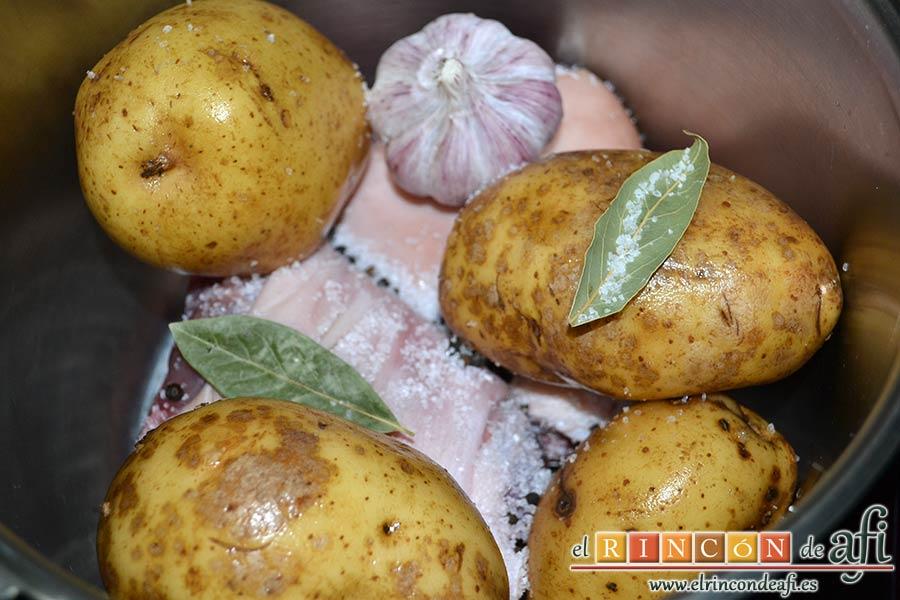 Codillo estilo alemán con puré de papas, añadimos sal gorda y un par de hojitas de laurel