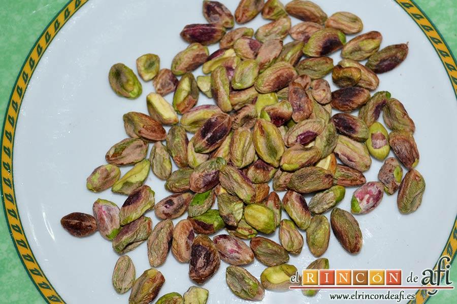 Ensalada alemana de cabeza de jabalí, pelar los pistachos y trocearlos