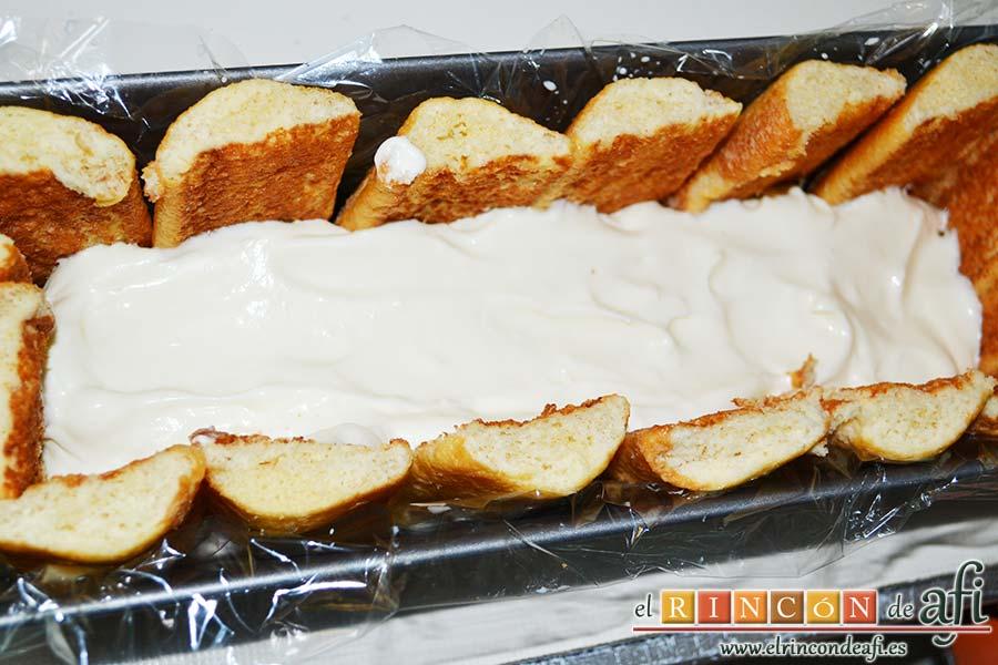 Semifrío de queso crema y Nocilla, añadimos la mitad del queso crema con nata