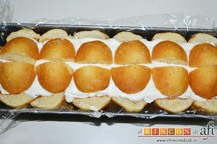 Semifrío de queso crema y Nocilla, cubrir con los bizcochos de soletilla sobrantes