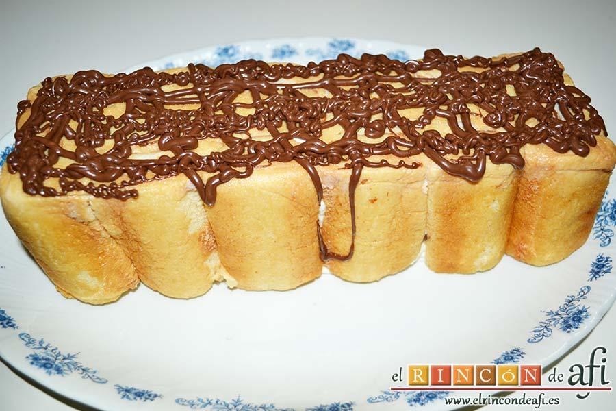 Semifrío de queso crema y Nocilla, decorar con la Nocilla y una manga pastelera sin boquilla