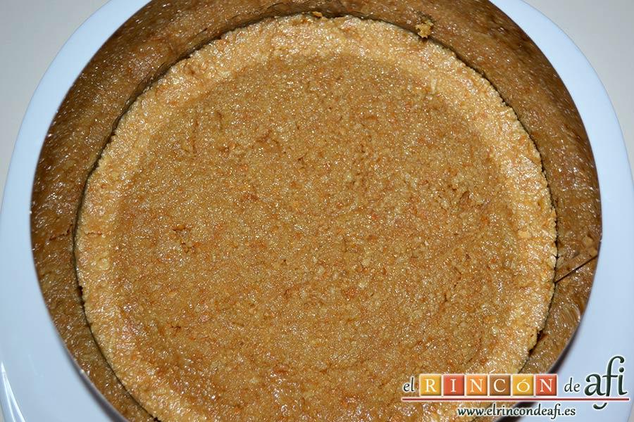Tarta de queso con fruta fresca, triturar las galletas, mezclar con mantequilla fundida y ponerlas en el fondo del molde