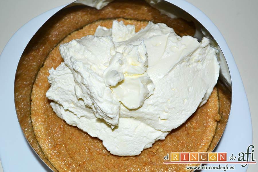 Tarta de queso con fruta fresca, poner la mezcla sobre la base