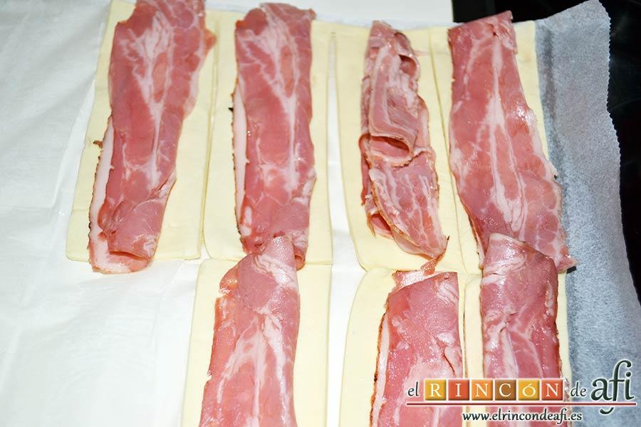 Aperitivo de hojaldre con salchichas o bacon, colocar bacon hasta tenerlo todo dispuesto