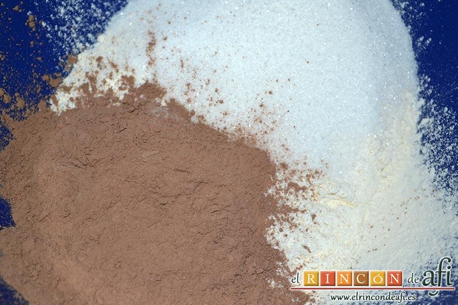 Bizcocho de chocolate esponjoso, en un bol ponemos la harina tamizada, el cacao, el bicarbonato y el azúcar