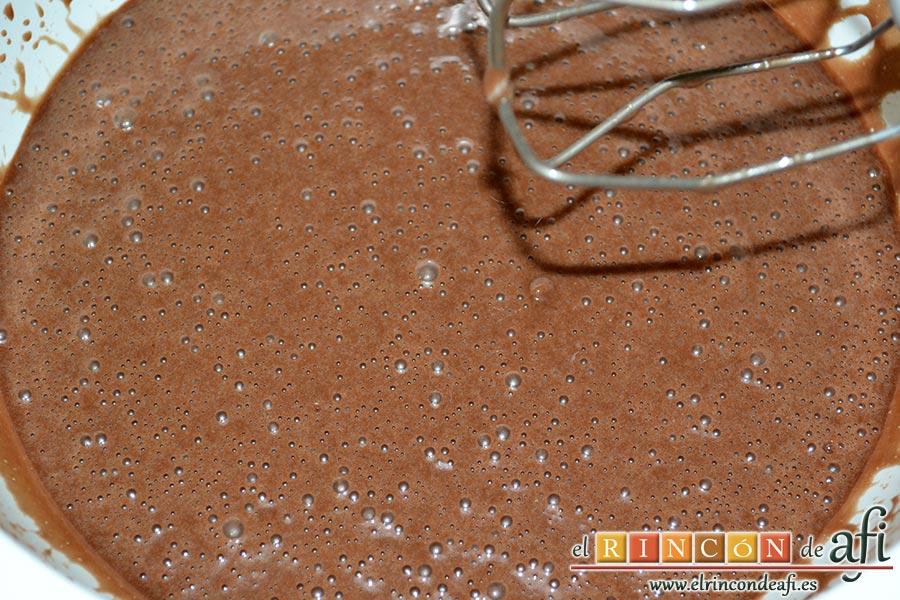 Bizcocho de chocolate esponjoso, incorporar la mezcla de los demás ingredientes
