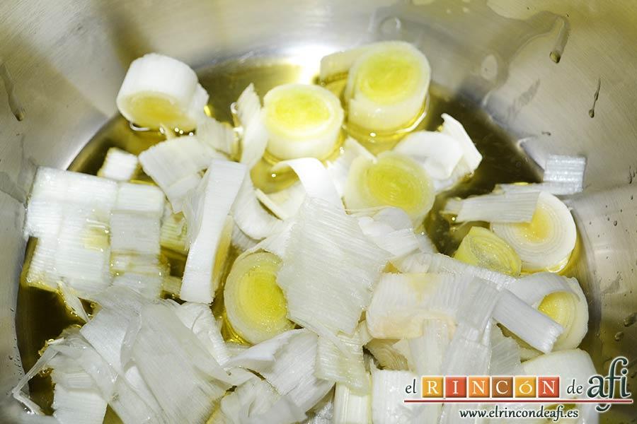 Crema de col lombarda, pochar los puerros con aceite en una olla exprés