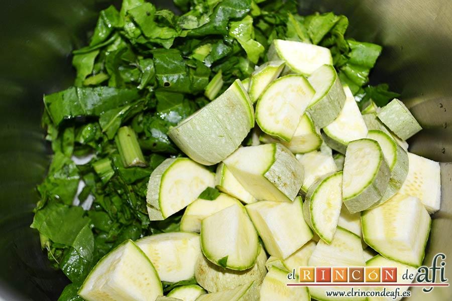 Crema de verduras con curry, añadir las espinacas cortadas y los calabacines troceados