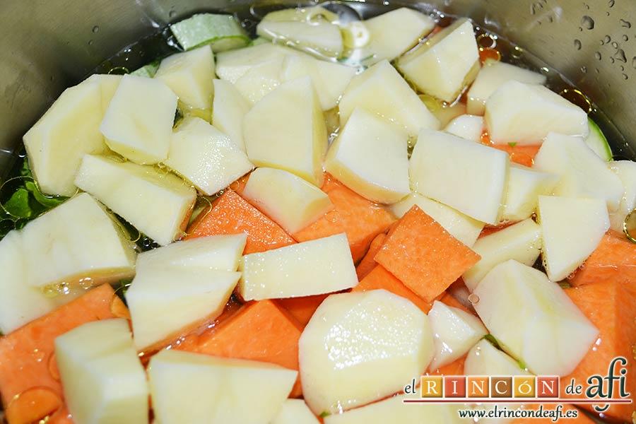 Crema de verduras con curry, añadir las papas troceadas y cubrir de agua