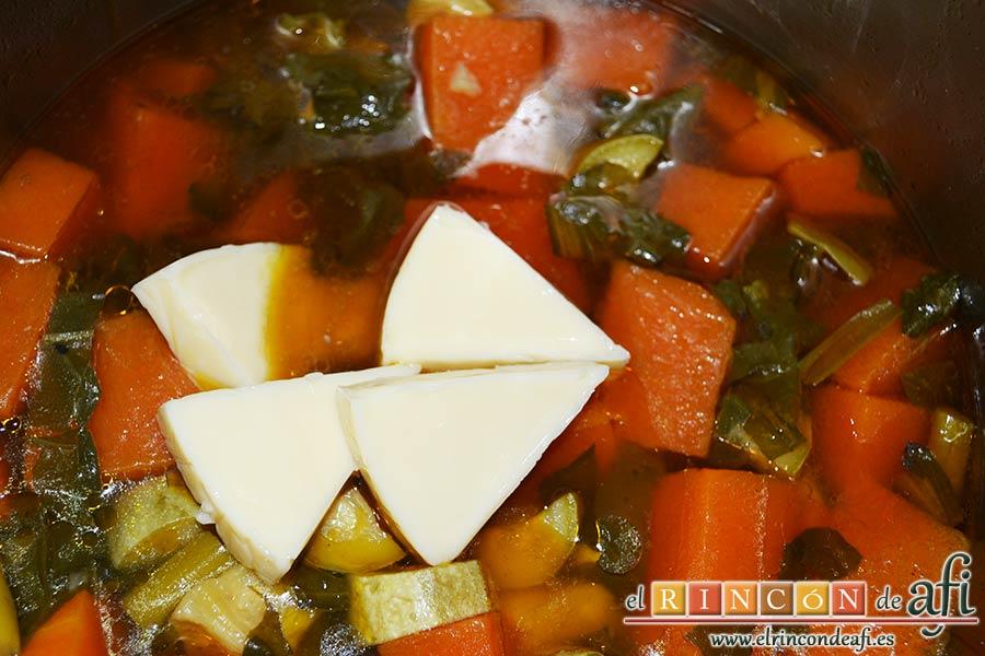 Crema de verduras con curry, dejar que cueza y añadir las porciones de queso