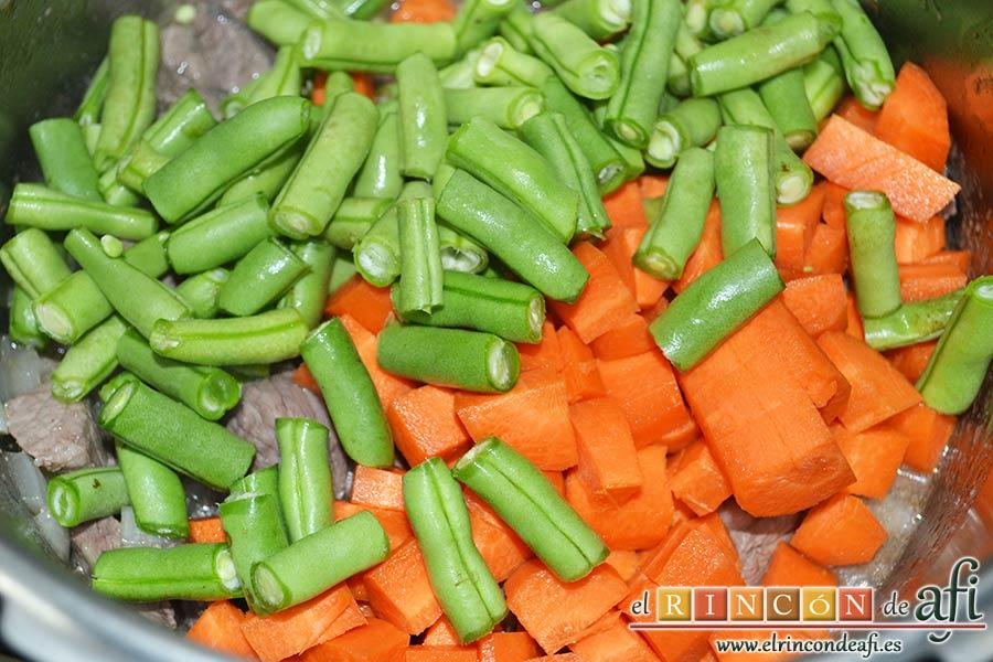 Guiso de ternera con verduras y garbanzos, añadimos las zanahorias y las habichuelas troceadas