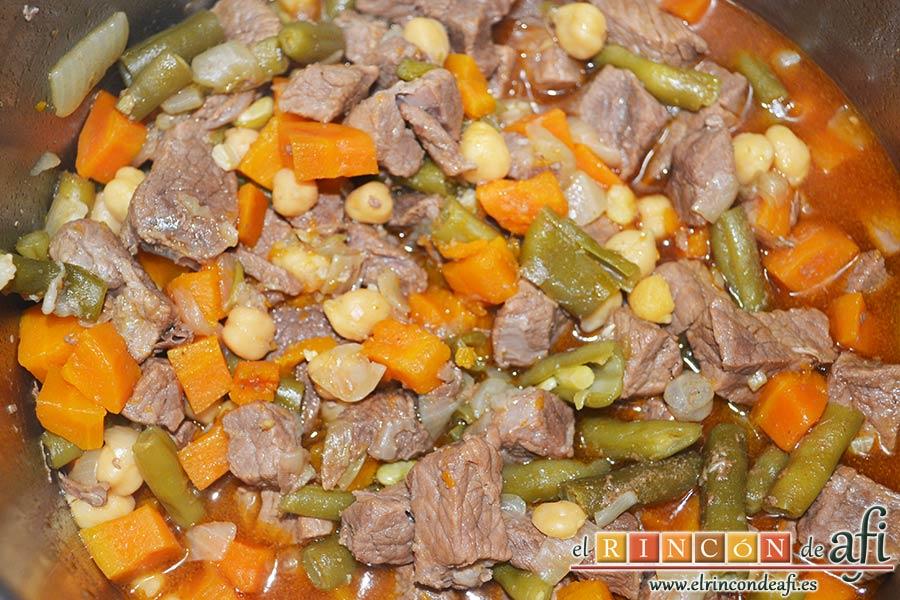 Guiso de ternera con verduras y garbanzos, cocinar en la olla exprés