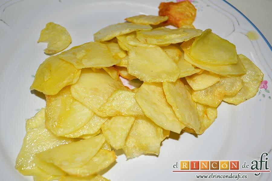 Huevos revueltos con jamón serrano sobre papas fritas, freímos y reservamos