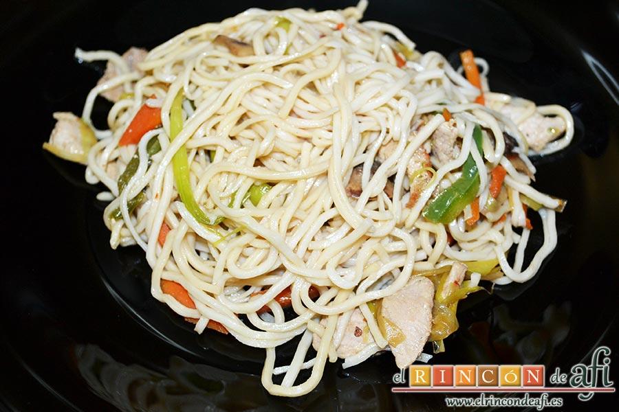 Noodles con lomo de cerdo, verduras y champiñones salteados al wok