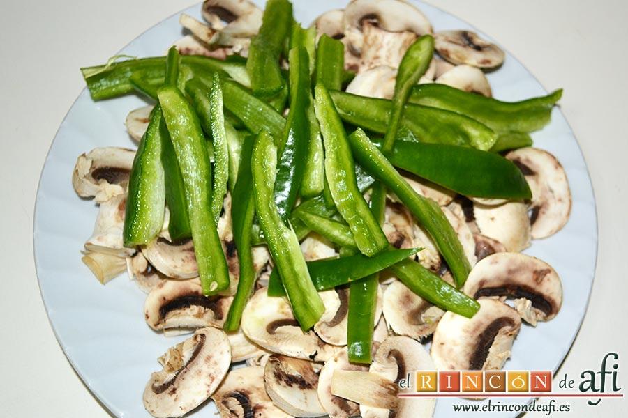 Noodles con lomo de cerdo, verduras y champiñones salteados al wok, trocear el pimiento en tiras y los champiñones laminados