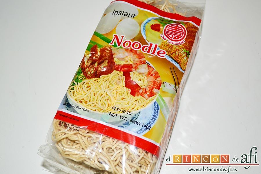 Noodles con lomo de cerdo, verduras y champiñones salteados al wok, preparar los noodles
