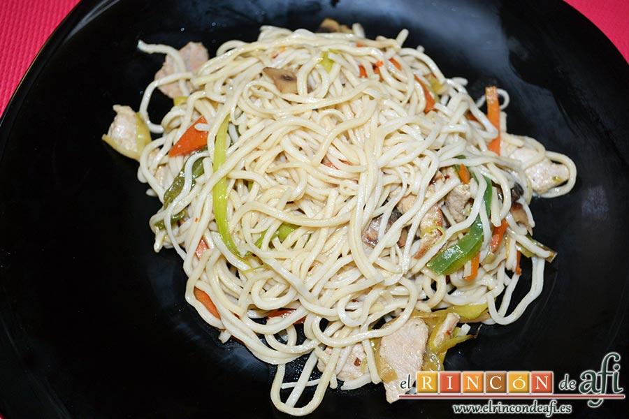 Noodles con lomo de cerdo, verduras y champiñones salteados al wok, sugerencia de presentación