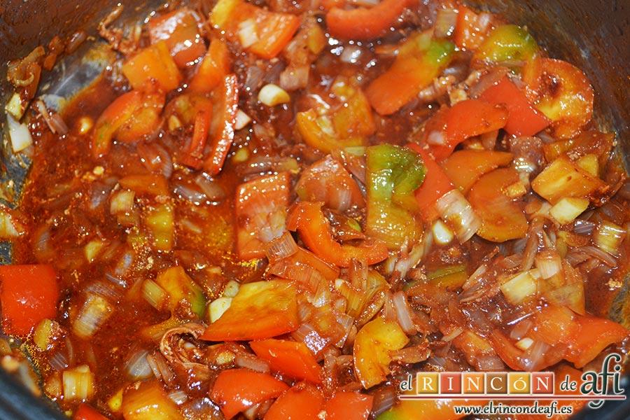 Pollo a la jardinera, añadir el concentrado de tomate y el coñac