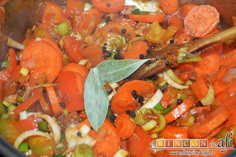 Pollo a la jardinera, añadir los granos de pimienta y las hojas de laurel