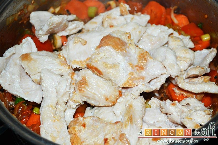 Pollo a la jardinera, añadir el pollo y sus jugos