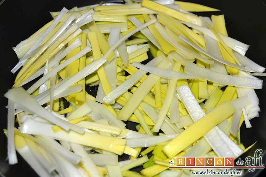 Pollo con verduras y salsa teriyaki, sofreír el puerro cortado en tiras