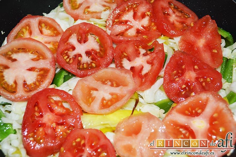 Pollo con verduras y salsa teriyaki, pelar los tomates, cortar en rodajas y colocarlos por encima