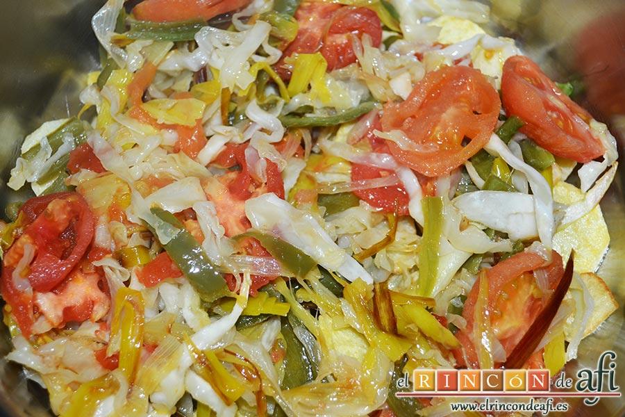 Pollo con verduras y salsa teriyaki, poner encima de las papas el sofrito