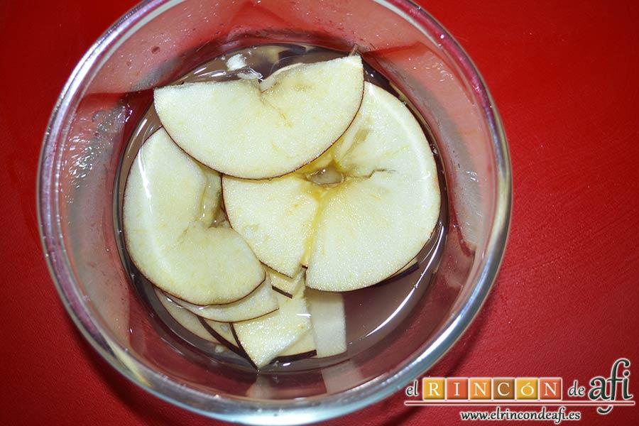 Rosas de manzana, la cortamos en láminas y las introducimos en un bol con agua y el zumo del limón