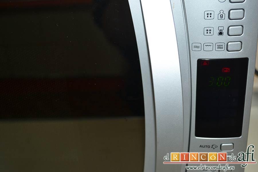 Crema pastelera al microondas, pasar por colador, colocar en bol y cocer en el microondas 3 minutos a 800 W