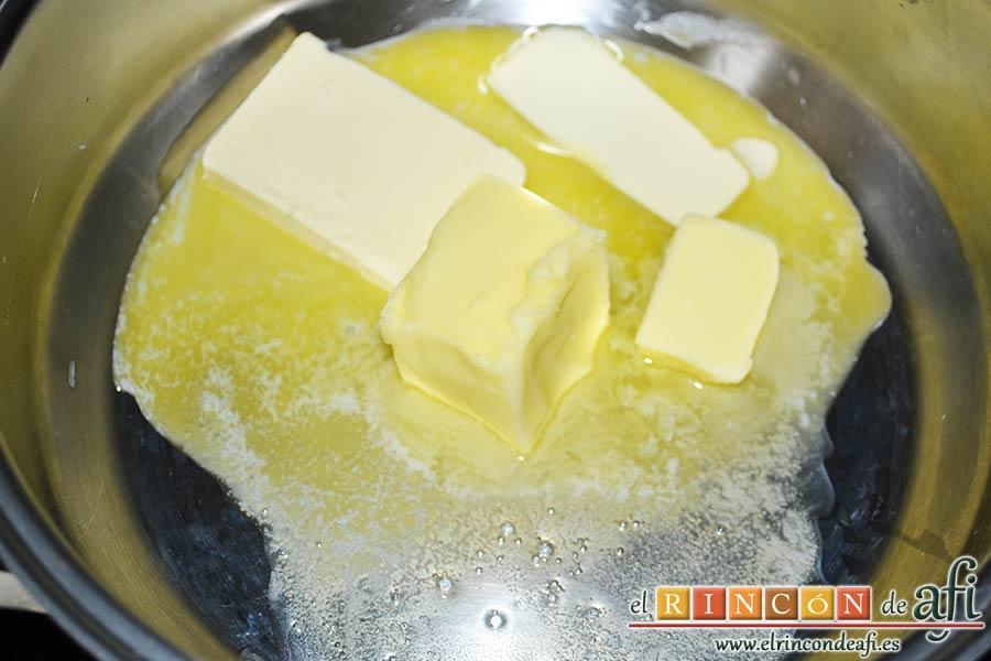 Estofado de setas y gambones, derretir la mantequilla en una cacerola