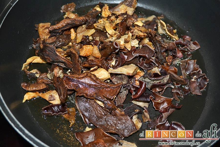Estofado de setas y gambones, rehidratar las setas y saltear en una sartén