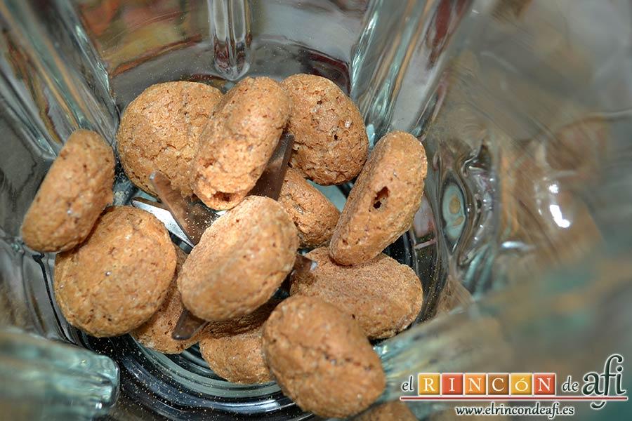Lassi de Navidad, poner en la licuadora los biscuits Amaretti