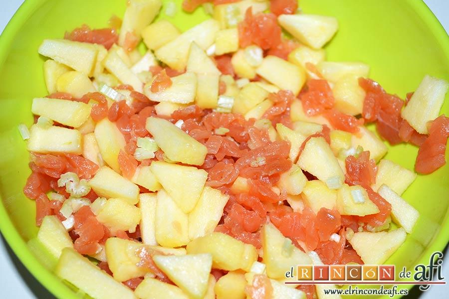 Montaditos de salmón marinado y manzana, mezclar todos los ingredientes y echarle unas gotitas de limón