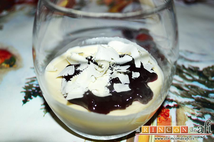 Panacota de chocolate blanco con mermelada de frutos rojos