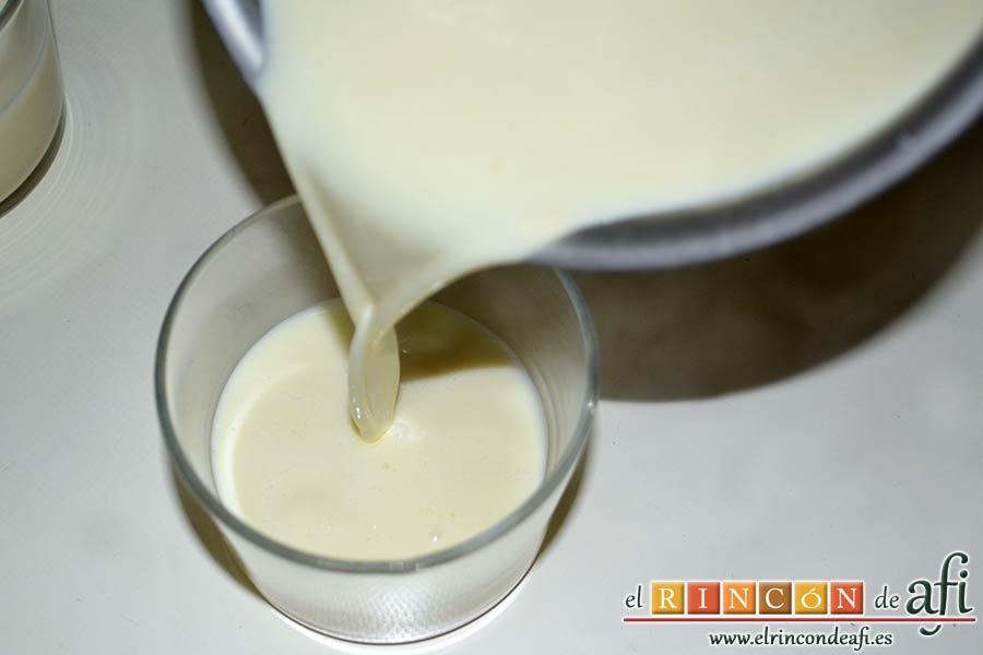 Panacota de chocolate blanco con mermelada de frutos rojos, remover bien y pasar la mezcla a vasitos