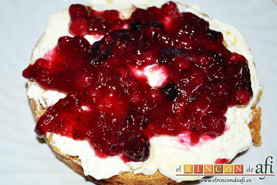 Panettone de Julius, poner una capa de frutos rojos