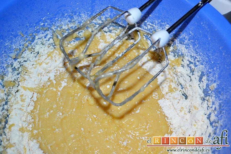 Perrunillas, añadimos la harina mezclada con la levadura poco a poco y seguimos batiendo