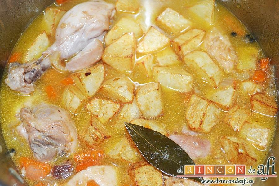 Pollo con salsa de almendras, añadir las papas fritas en cuadritos