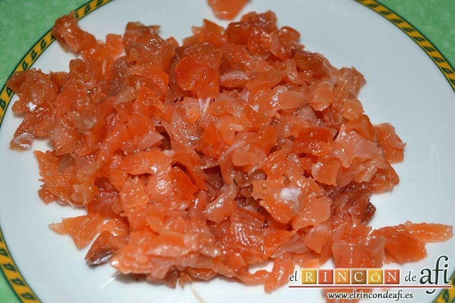 Rilletes de salmón marinado a la mostaza, trocear el salmón en trocitos pequeños a cuchillo
