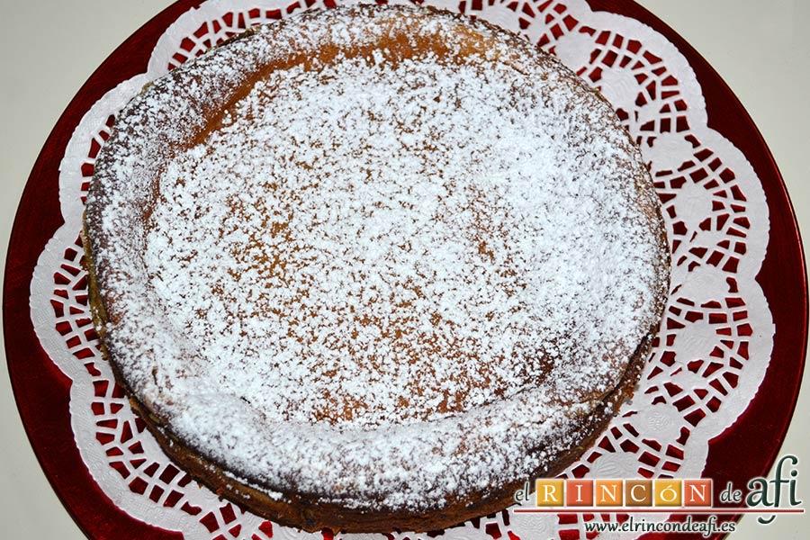 Tarta de brioche y vainilla, decorar con azúcar glass y con el chocolate usando una manga pastelera