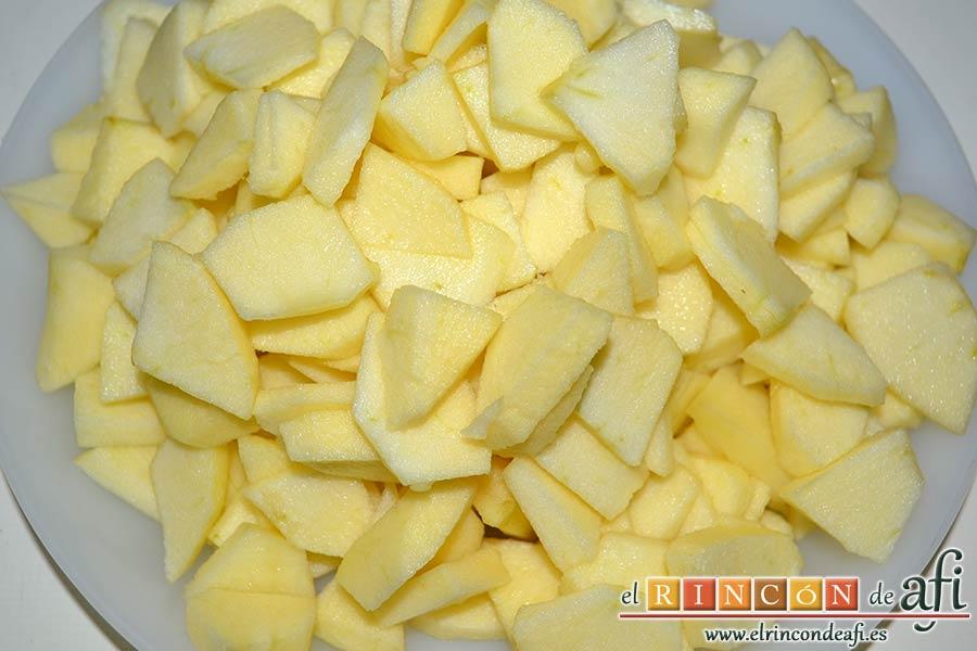 Tarta de manzana especial, pelar, descorazonar y trocear las cuatro manzanas
