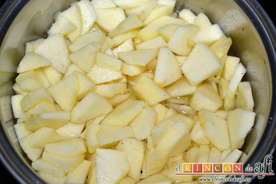 Tarta de manzana especial, cuando hierva el agua añadir las manzanas y una pizca de vaina de vainilla